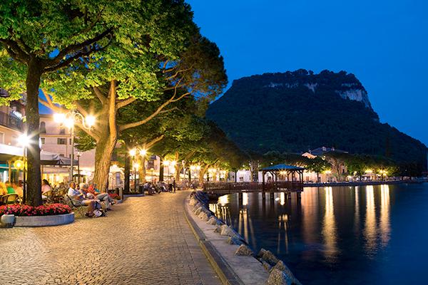 Garda promenade at night